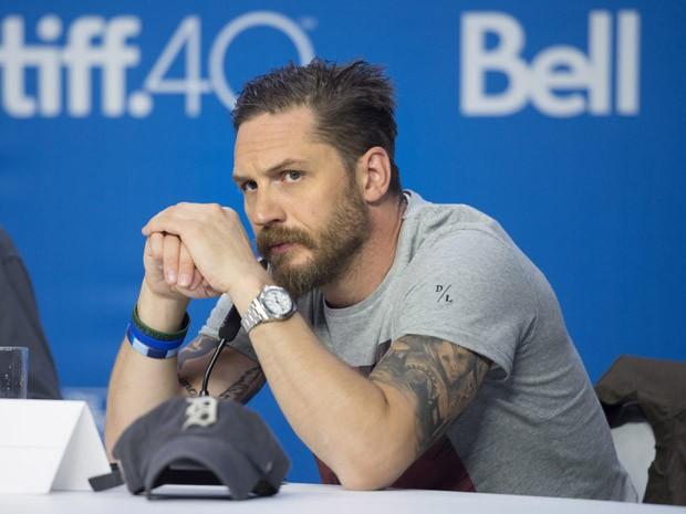 Tom Hardy fala sobre o filme 'Legend' no Festival de Toronto, no sábado (12) (Foto: Darren Calabrese/The Canadian Press via AP)