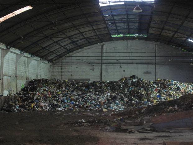 Nos fundos do galpão, toneladas de lixo à espera do transporte para um aterro sanitário (Foto: Bernardo Tabak/G1)