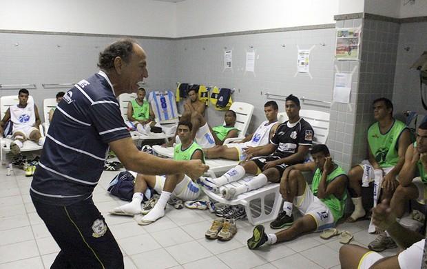 Gérson Andreotti fazendo a preleção do Macaé antes da partida contra o Sampaio Corrêa (Foto: Tiago Ferreira)
