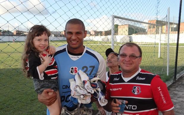 Tiago Cardoso com torcedores em Maceió (Foto: Denison Roma / Globoesporte.com)