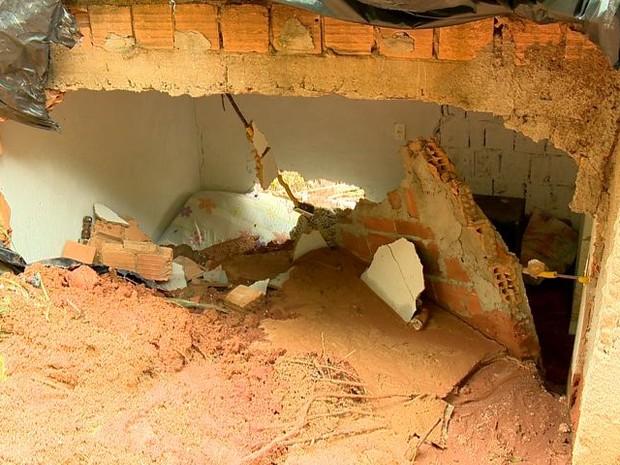 Duas paredes ficaram destruídas depois do deslizamento de terra (Foto: Reprodução/TV Gazeta)