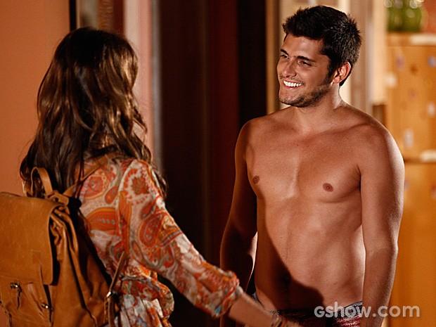 Luiza aparece de surpresa e deixa André feliz da vida (Foto: Inácio Moraes / TV Globo)