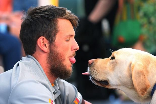 Troca de olhares aumenta o afeto entre cão e seu dono (Foto: Getty Images)