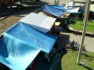 Sem melhorias, várias barracas do camelódromo de Três Rios foram cobertas com lona (Foto: Reprodução/TV Rio Sul)