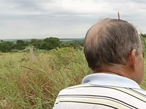 Valdivino Lopes procura pelo irmão de 80 anos que está desaparecido, em Jataí, Goiás (Foto: Reprodução/TV Anhanguera)