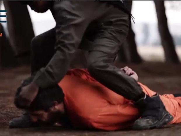 Garoto empurra refém ao chão antes de decapitá-lo em novo vídeo do grupo Estado Islâmico (Foto: Reprodução/ Twitter/ Rita Katz)
