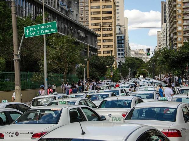 Taxistas fazem protesto ocupando completamente a via em frente à Câmara Municipal de São Paulo (Foto: Rogerio Cavalheiro/Futura Press/Estadão Conteúdo)