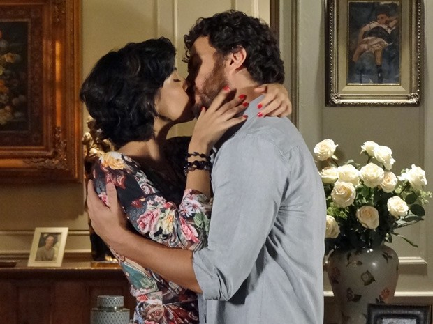 Rodrigo e Miriam se beijam na mans&#227;o (Foto: Amor Eterno Amor/ TV Globo)