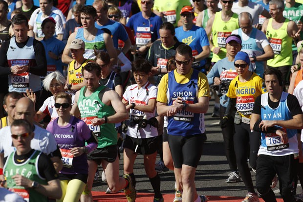Participantes da maratona usaram fitas pretas em homenagem (Foto: Sang Tan/AP)