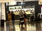 Carolina Kasting passeia com os filhos em shopping na Gávea