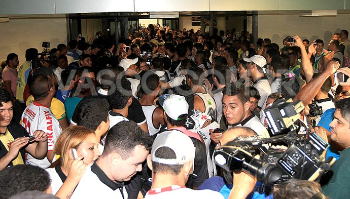 torcida no desembarque do Vasco no Piauí (Foto: Marcelo Sadio / Site Oficial do Vasco)