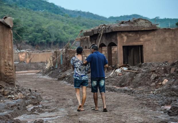 Moradores retornam ao distrito de Bento Rodrigues, em Mariana, após onda de lama liberada pela Samarco varrer o vilarejo (Foto: Antonio Cruz/Agência Brasil)
