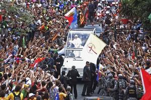 'Cristo bota fé nos jovens', diz Papa  ao chegar ao Rio ('Cristo bota fé nos jovens', diz Papa  ao chegar no Rio (Ueslei Marcelino/Reuters))
