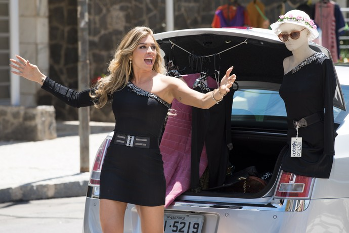 Luciane vende roupas na rua (Foto: Cesar Alves/TV Globo)