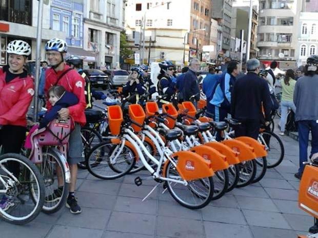 Bicicletas já estão à disposição da população para aluguel (Foto: Marcos Pacheco/Agência RBS)