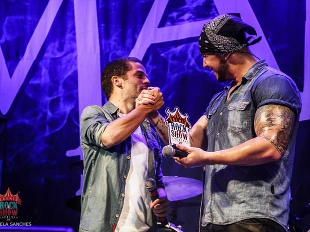 Bruno Boncini, vocalista da Banda Malta, recebendo um dos prêmios da noite. Grupo venceu nas categorias Revelação, Vocalista e Baixista (Foto: Divulgação/ Prêmio Rock Show)