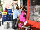 Kim Kardashian e Kanye West vão a bar no Rio