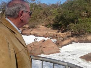 Francisco acompanha a limpeza do rio em Salto (Foto: Ana Carolina Levorato/G1)