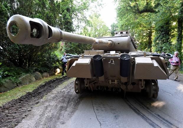 Idoso tem tanque e arma antiáerea apreendidos em casa na Alemanha.