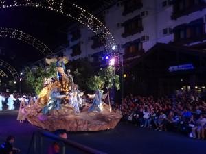 Carro alegórico representa o Presépio no Grande Desfile de Natal de Gramado, RS (Foto: Felipe Truda/G1)