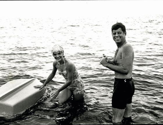 Bonito e rico, o casal John e Jaqueline Kennedy facilitou a construção da imagem da família perfeita (Foto:  The Estate of Jacques Lowe/Getty Images)