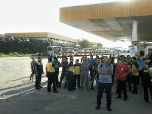 Cerca de 300 coletivos ficaram retidos na garagem da Global (Foto: Girlene Medeiros/G1 AM)