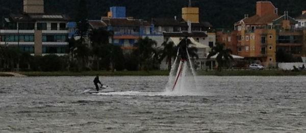 Marquinhos pratica o Flying Board (Foto: Divulgação)