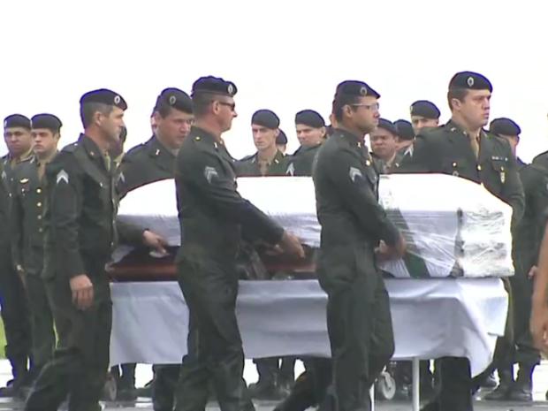Caixões de vítimas são retirados de aviões da FAB em Chapecó (Foto: Reprodução/TV Globo)