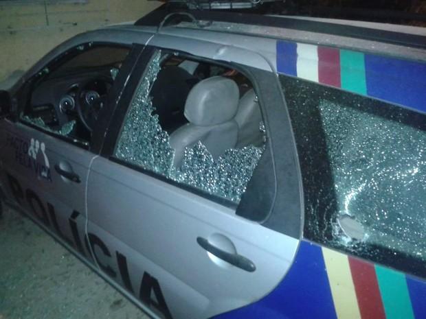 Viatura da PM foi atingida por tiros em Cumaru na madrugada deste domingo (31) (Foto: Divulgação/Polícia Militar)