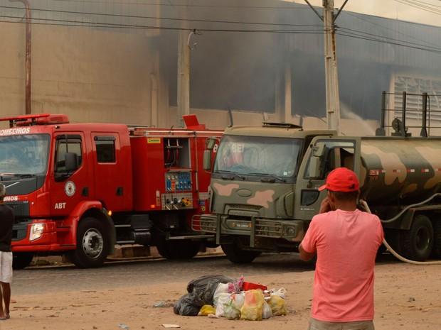 Incêndio em supermercado mobiliza Corpo de Bombeiros (Foto: Ed Santos/Acorda Cidade)