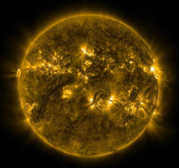 Imagem feita pelo Observatório de Dinâmica Solar da agência espacial americana, Nasa, mostra as condições atuais da coroa solar e a região de transição do Sol (Foto: Divulgação/Nasa/SDO)