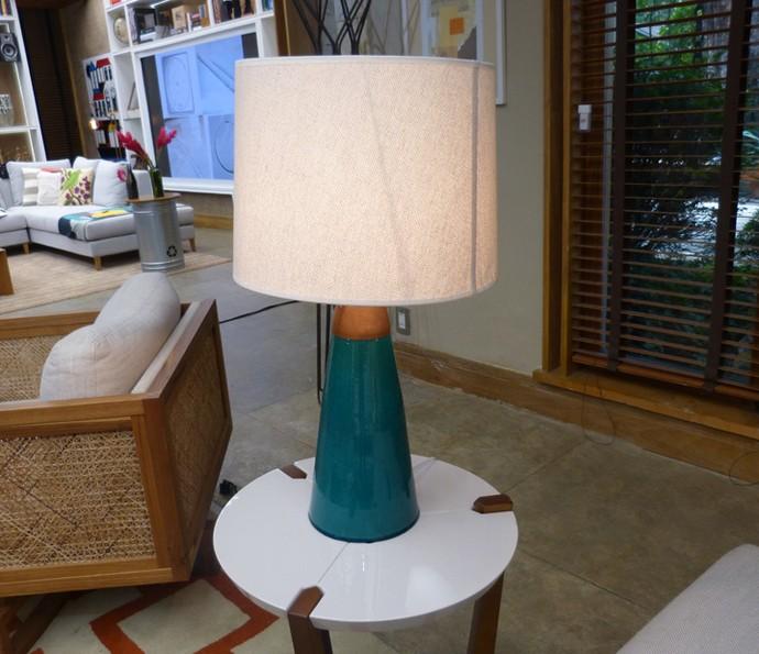 Ao lado do sofá, um abajur usa como base um jarro de porcelana (Foto: Monique Arruda / Gshow)