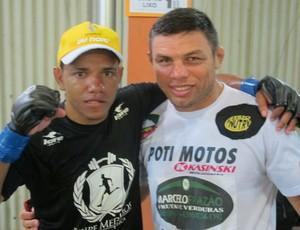 Arinaldo da Silva comemora vitória com treinador (Foto: Ivan Raupp/SporTV.com)