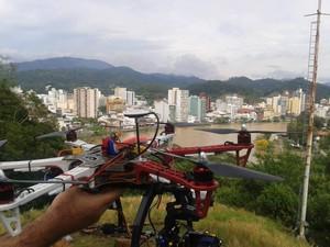 Helicóptero é pilotado por controle remoto (Foto: Odair José)
