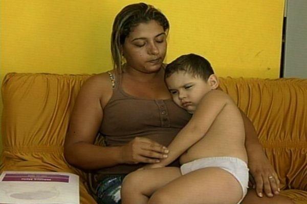 Família não tem condições financeiras de pagar tratamento que menino precisa, Goiás (Foto: Reprodução/TV Anhanguera)