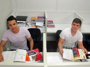 Gabriel e Vitor aproveitam todos os minutos possíveis antes da Fuvest na sala de aula (Foto: Ana Carolina Moreno/G1)