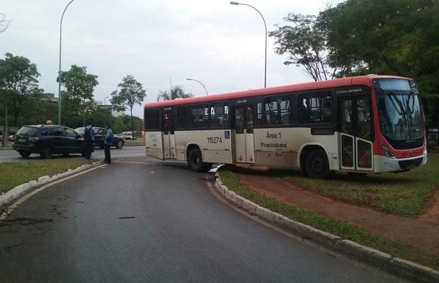 Ônibus usado em suposta tentativa de bloquear Eixinho prado na contramão e sobre canteiro da via  (Foto: Isabella Formiga/G1)