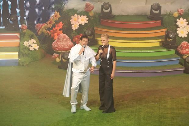 Xuxa e Sérgio Mallandro se divertem em cima do palco durante festa no Rio (Foto: Ricardo Nunes / Divulgação)