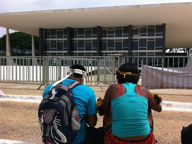 Grupo de indígenas reunidos em frente ao Supremo (Foto: Gabriel Luiz/G1)