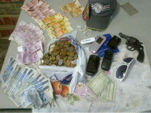 Material apreendido pela Polícia Militar na casa do suspeito em Lorena. (Foto: Divulgação/Polícia Militar)