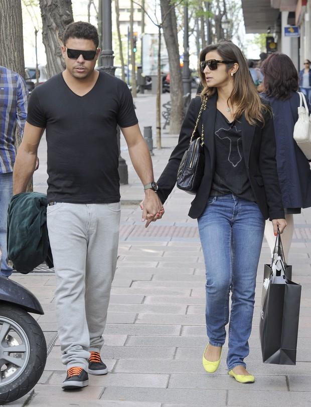 Ronaldo com a namorada, Paula Morais, em Madri, na Espanha (Foto: Grosby Group/ Agência)
