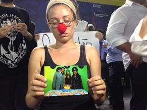 Samira mostra a foto com a mãe que morreu há 4 meses no hospital de Ferraz de Vasconcelos (Foto: Carolina Paes/G1)