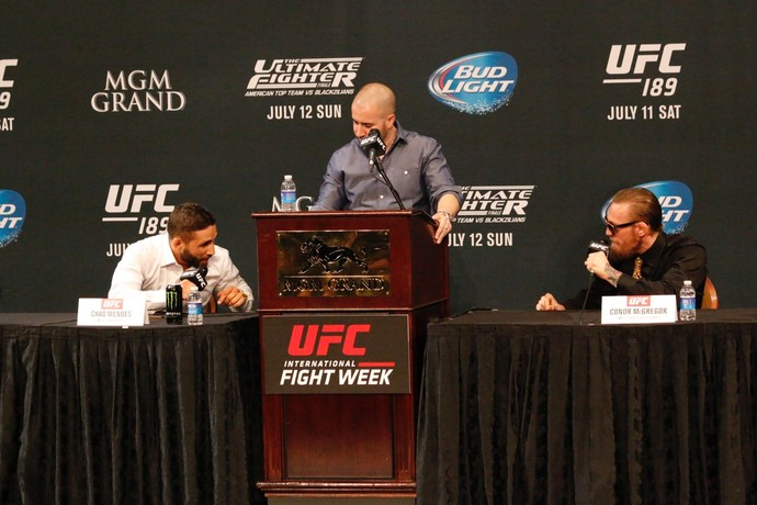 Chad Mendes e Conor McGregor discutem na coletiva do UFC 189 (Foto: Evelyn Rodrigues)