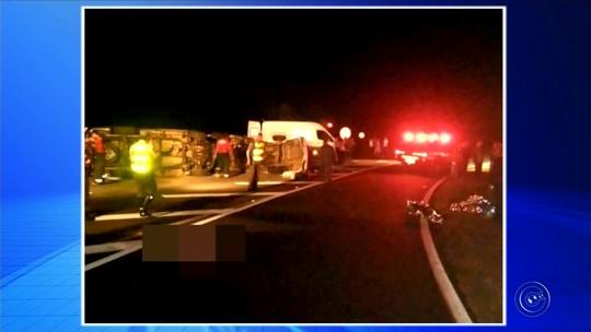 Corpos de 6 mortos em acidente entre van e caminhonete são enterrados