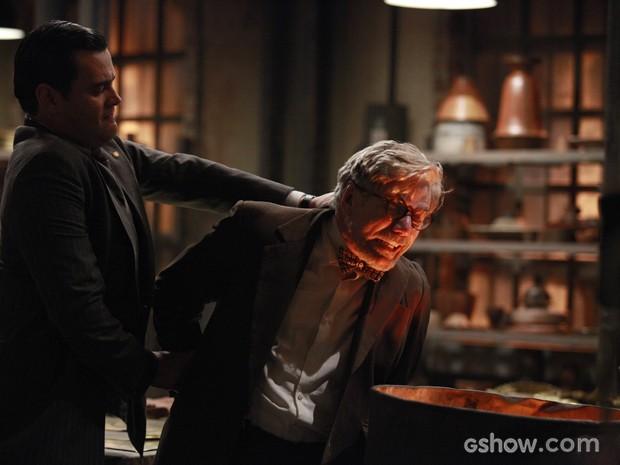 Sem escrúpulos! Manfred ataca Vensceslau e quase o mata (Foto: Ellen Soares/TV Globo)