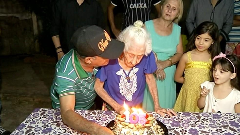 Resultado de imagem para Idosa que teve 24 filhos comemora 105 anos com festa de aniversário