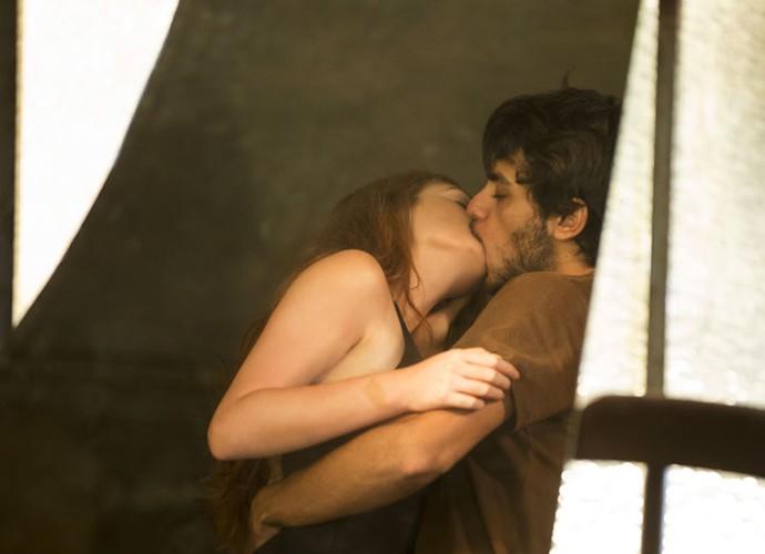 Jonatas puxa Eliza para um beijo (Foto: Felipe Monteiro/Gshow)