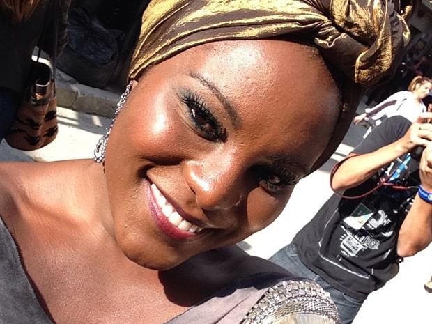 Karin Hils, a Zulma do seriado, não esconde a alegria (Foto: Sexo e as Negas/TV Globo)