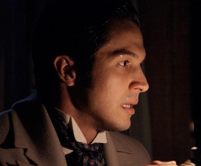 Roberto consegue abrir o cofre de Massimo (Foto: TV Globo)