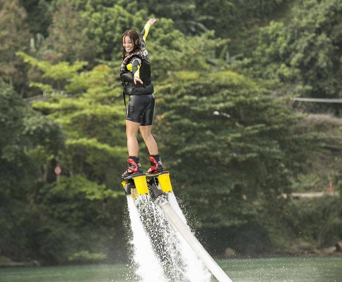 Carol Nakamura se diverte em treino de flyboard  (Foto: Inácio Moraes/ Gshow)